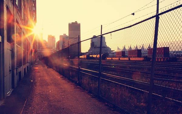 12.線路沿いと道を逆行で撮影したカッコイイ写真壁紙画像