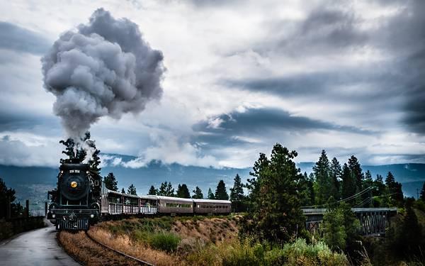 01.煙を吐き出しながら走る蒸気機関車のカッコイイ写真壁紙画像