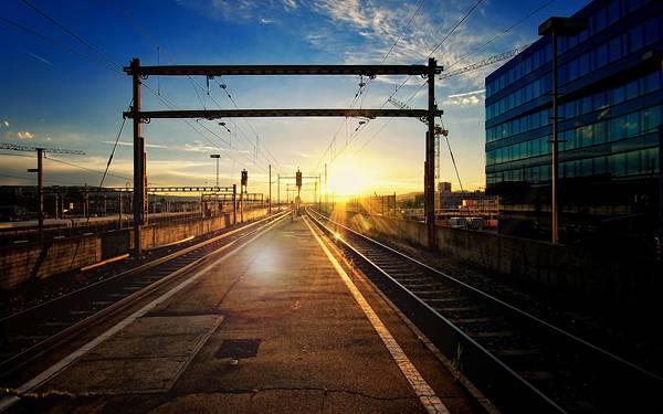 03.線路の先の夕日を撮影した美しい写真壁紙画像