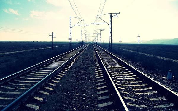 04.どこまでも続く線路を青い色調で撮影した写真壁紙画像