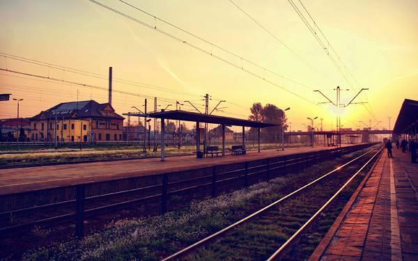 05.夕焼けに染まる駅のホームの美しい写真壁紙画像
