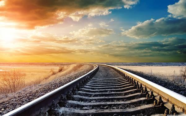 07.夕日の沈む空に向かって伸びる線路の美しい写真壁紙画像