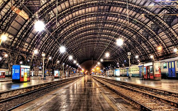 09.トンネルの中のホームを撮影した高画質な写真壁紙画像