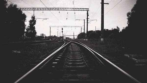 10.どこまでも続く線路をモノクロで撮影したクールな写真壁紙画像