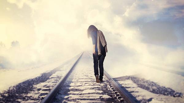12.雪の積もる線路を歩く女性の後姿を撮影した高画質な写真壁紙画像