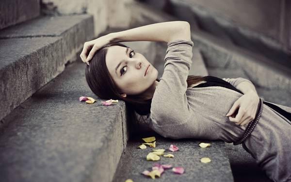 01.階段に寝そべってポーズを決める女性の綺麗な写真壁紙画像