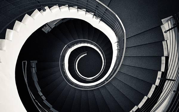 02.螺旋階段を真上から見下ろしたカッコイイ写真壁紙画像