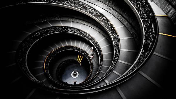 螺旋階段のモノクロ・白黒写真の壁紙