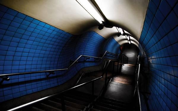 04.地下鉄のホームに続く長い階段のクールな写真壁紙画像