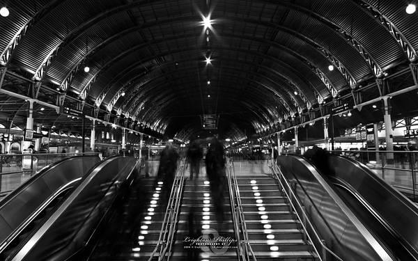 05.ロンドンの巨大な駅のホームをモノクロで撮影した写真壁紙画像