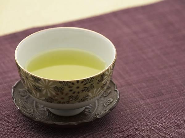 04.おしゃれな茶飲み茶碗に淹れた煎茶の綺麗な写真壁紙画像