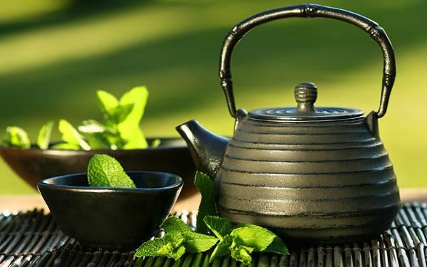 09.茶器とお茶の葉っぱを撮影した爽やかな写真壁紙画像