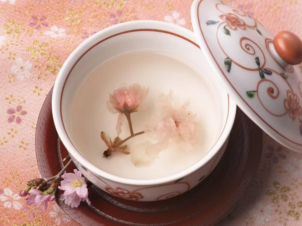 11.ピンクの敷物の上で桜茶を撮影した綺麗な写真壁紙画像