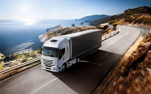 02.海岸沿いの道を走るトラックのカッコイイ写真壁紙画像