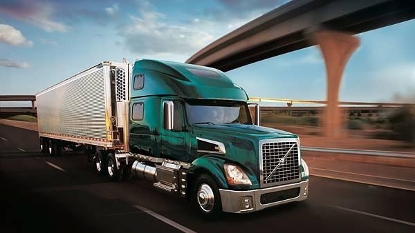 05.高速道路を走るトラックを流し撮りしたカッコイイ写真壁紙画像