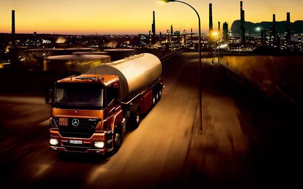08.きらめく夜景の中を走るタンクローリー車の美しい写真壁紙画像