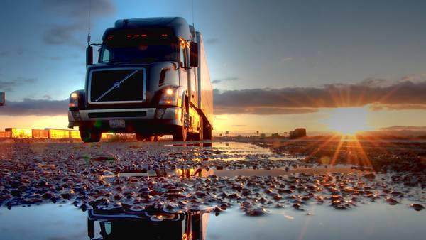 09.沈む夕日と水たまりに映るトラックの綺麗な写真壁紙画像