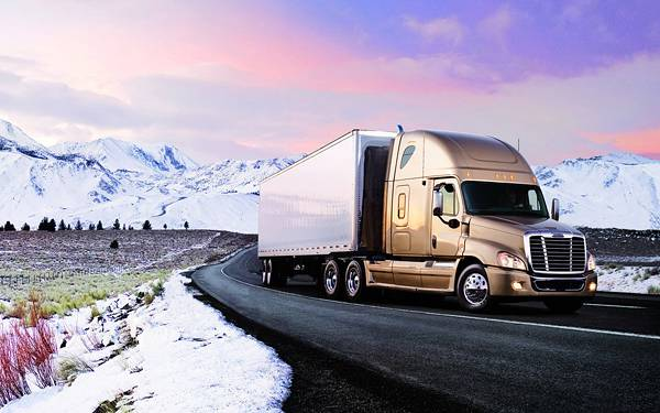 10.雪山の道路を走るトラックの綺麗な写真壁紙画像