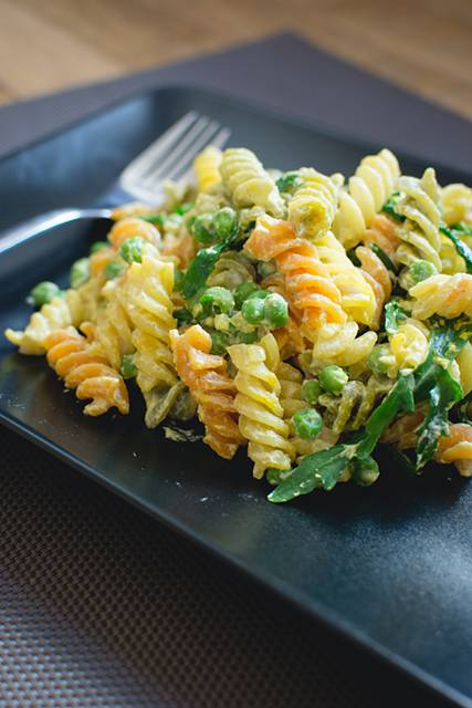 Pasta with ricotta, pea and arugula
