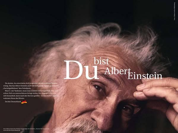 03.頭に手を置いたポーズのアインシュタインの写真壁紙画像