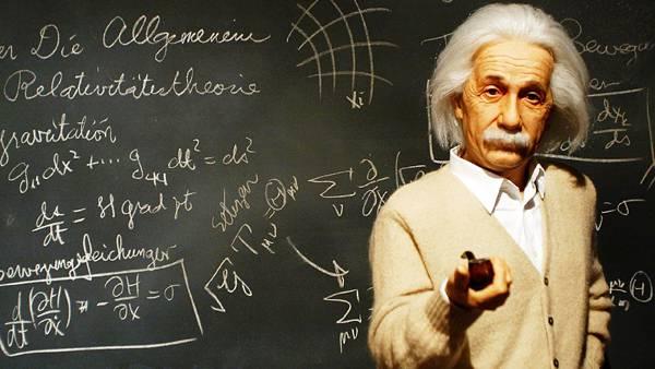 07.黒板に描かれた数式とパイプを持つアインシュタインの壁紙画像