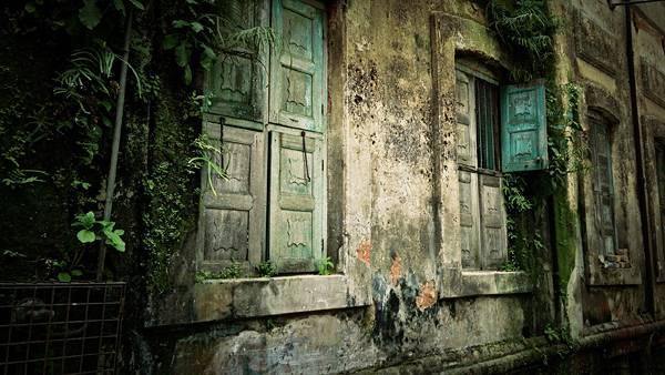02.老朽化した古びた家のドアを撮影したカッコイイ写真壁紙画像
