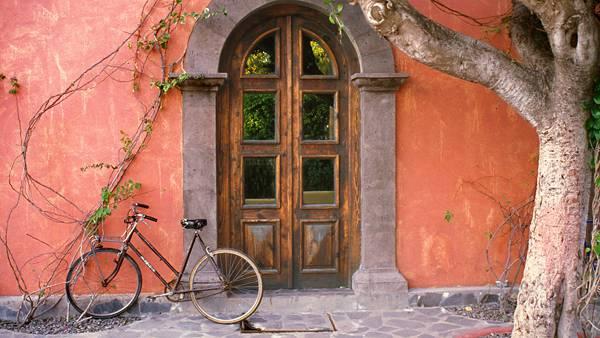 04.オレンジ色の壁と古びたドアのお洒落な写真壁紙画像