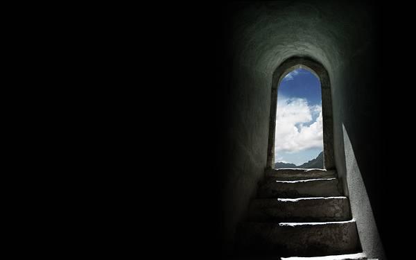 07.階段から続くドアとそこから見える青空の美しい写真壁紙