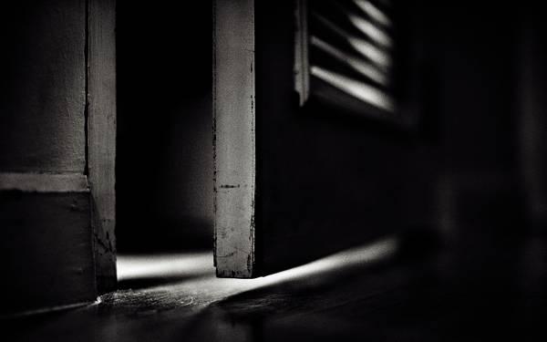 09.開いたドアをアップでモノクロ撮影したクールな写真壁紙画像