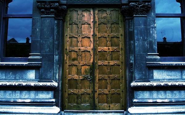 10.青い壁の建物と古びた大きな木のドアのカッコイイ写真壁紙画像