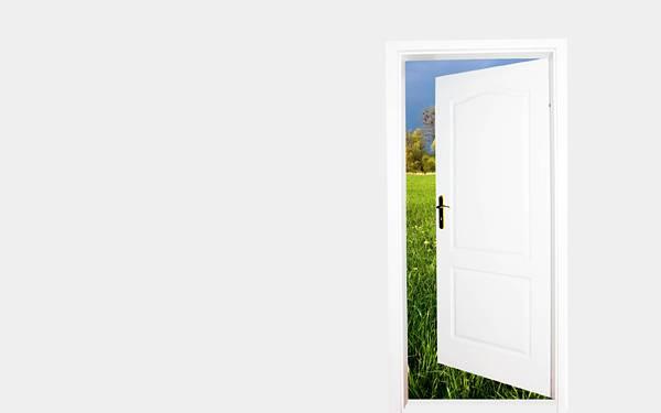 11.白い部屋の白い扉から見える草原の綺麗な写真壁紙画像