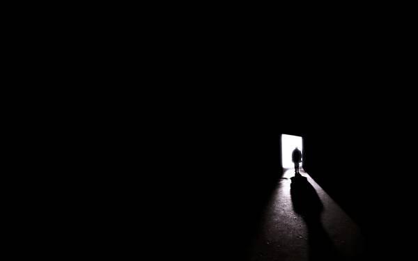 12.扉から暗い部屋に入る光と人影のシンプルな写真壁紙画像