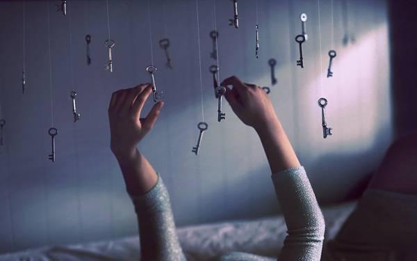 03.部屋に吊るしたたくさんの鍵と手を撮影したアートな写真壁紙