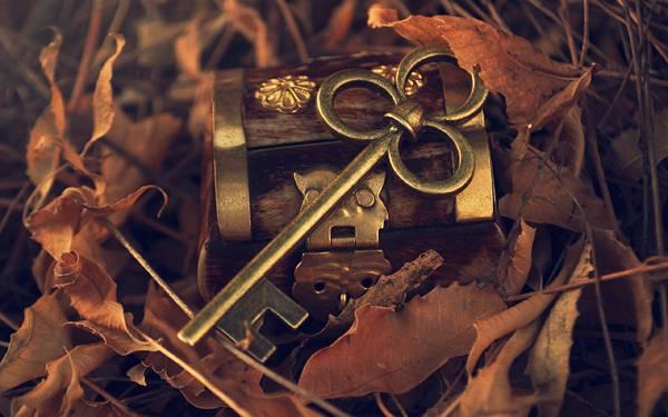 04.落ち葉と鍵と小箱を撮影した綺麗な写真壁紙画像