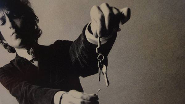 07.鍵を持ったボブ・ディランをモノクロで撮影したクールな写真壁紙