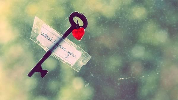 11.窓に貼り付けられたメモと鍵の可愛い写真壁紙画像