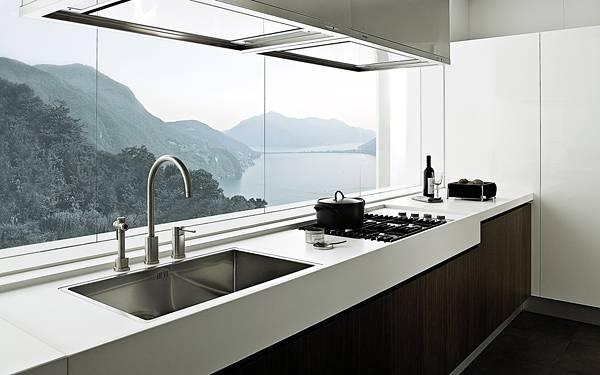 07.開放感のある窓際に設置されたシステムキッチンの写真壁紙画像