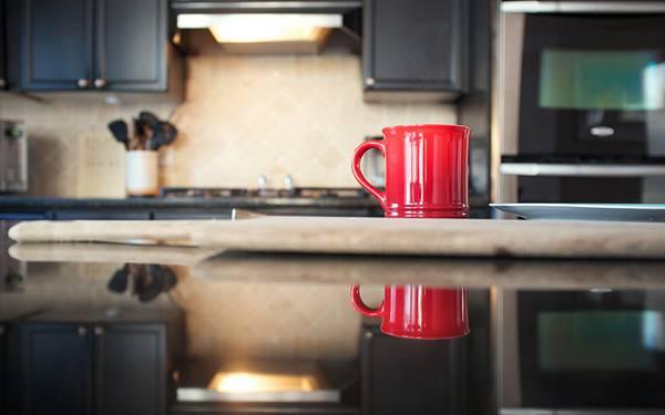 12.キッチンに置かれたコップを撮影した綺麗な写真壁紙画像