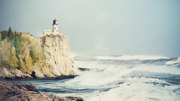 02.崖の上の灯台と荒々しい波のカッコイイ写真壁紙画像