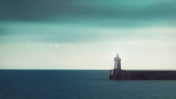 03.どこまでも続く海とポツンと佇む灯台の美しい写真壁紙画像