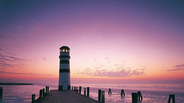 05.鮮やかな紫色の夕日の中の灯台を撮影した美しい写真壁紙画像