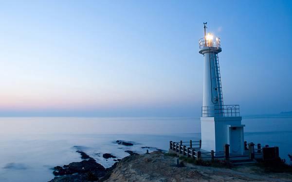 06.明かりのついた灯台と水平線を撮影した綺麗な写真壁紙画像
