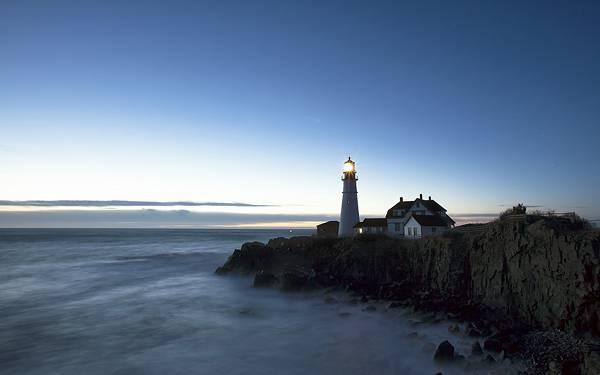 08.綺麗なグラデーションの空と明かりのついた灯台の写真壁紙画像