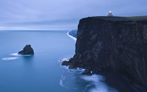 09.巨大な崖の上の灯台を撮影した荘厳な写真壁紙画像
