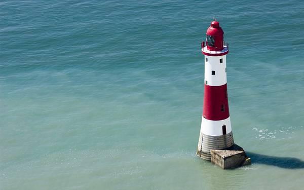 12.海に浮かぶ灯台をアップで撮影した綺麗な写真壁紙画像