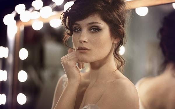 01.鏡の前でポーズを決める女性と玉ボケの美しい写真壁紙画像