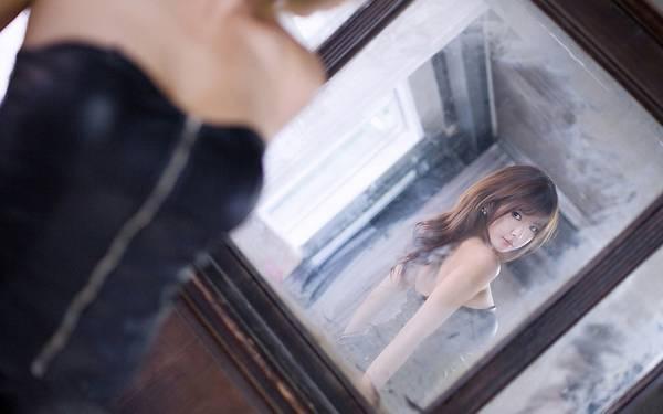 02.古い屋敷の鏡を見つめる女性を撮影した綺麗な写真壁紙画像