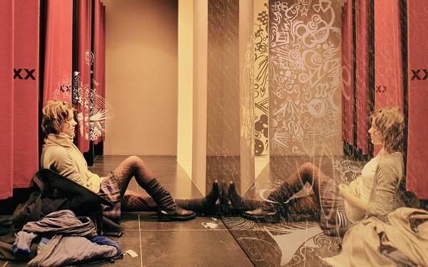 07.試着室の前に座った女性と鏡のオシャレな写真壁紙画像