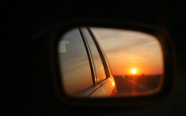 08.車のバックミラーに映る夕日の美しい写真壁紙画像