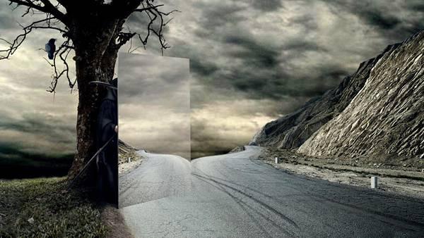10.鏡を使って車を崖の下に導く死神のユニークな写真壁紙画像